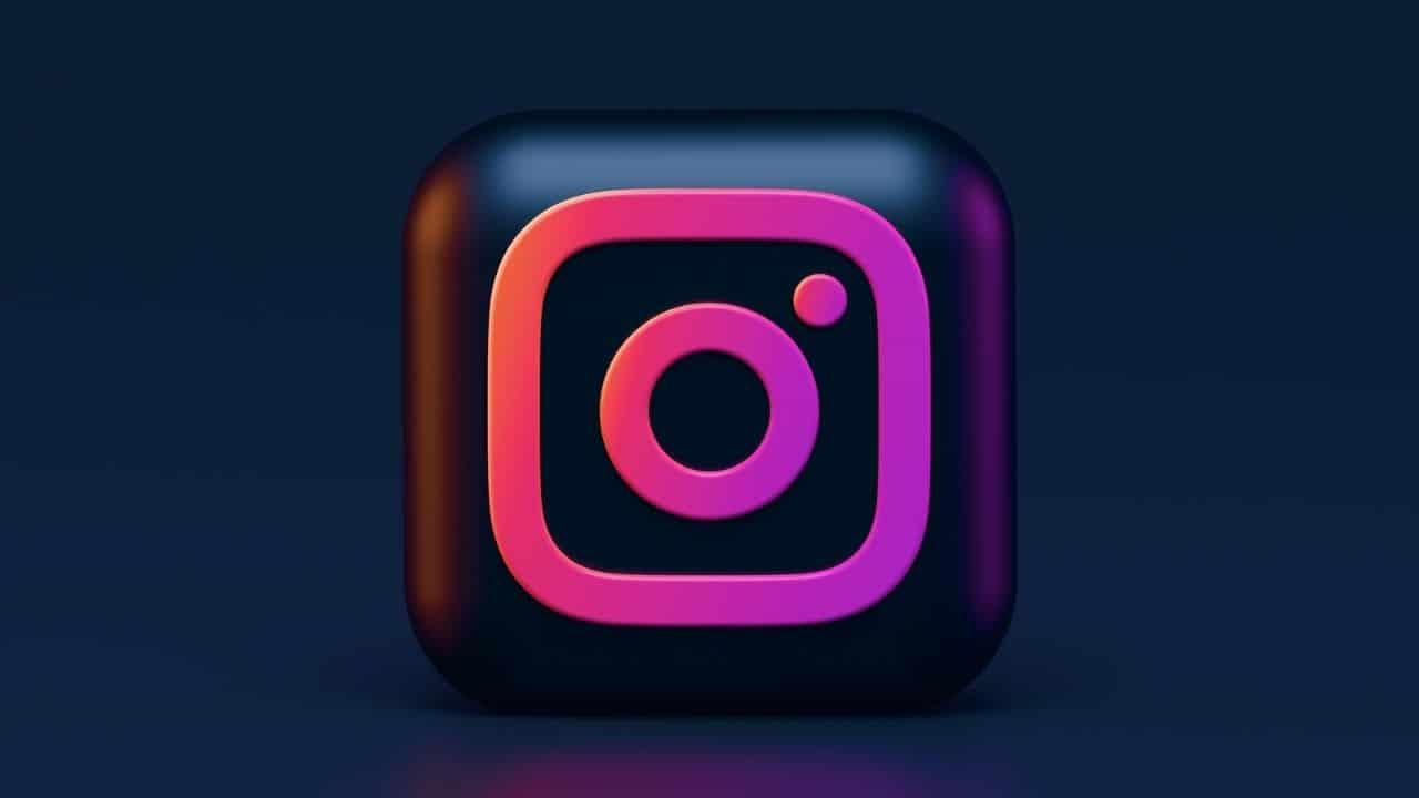 Logo d'Instagram sur fond noir